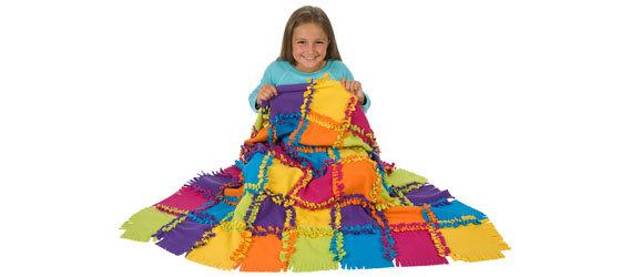 girl 2 with quilt Alex 383WN - Knüpfe Eine Decke