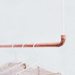 design kleiderstange aus kupfer und wei em baumwollseil in 70 cm von rod knot. Black Bedroom Furniture Sets. Home Design Ideas