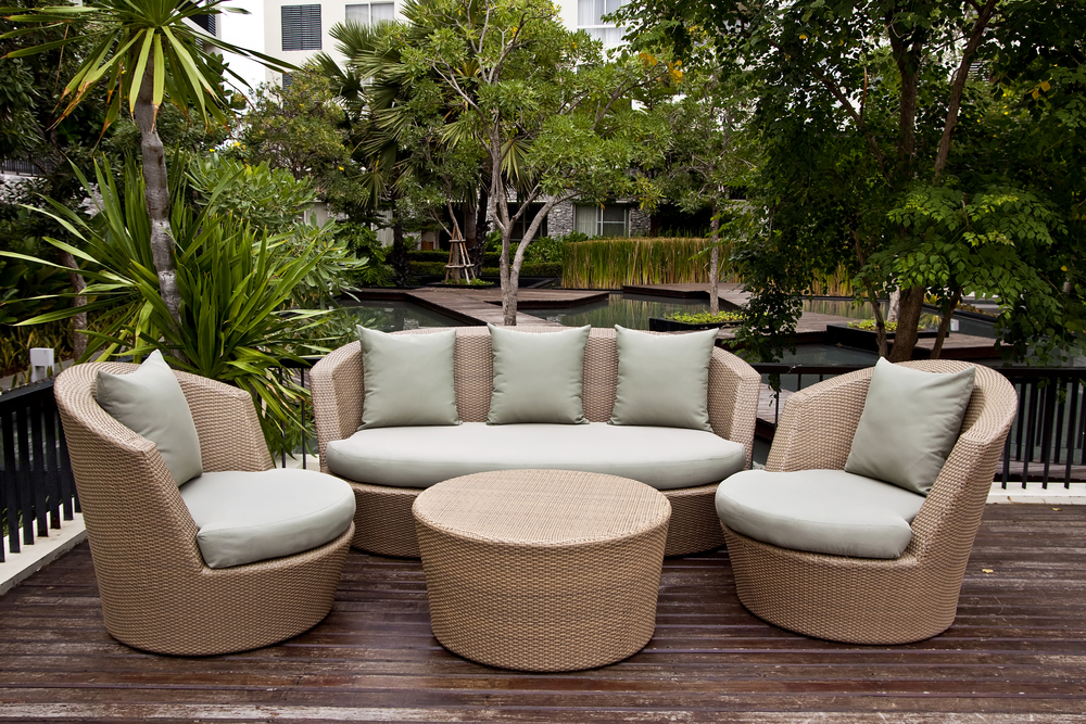 Photo luxury lifestyle sofa and green pillows in the garden