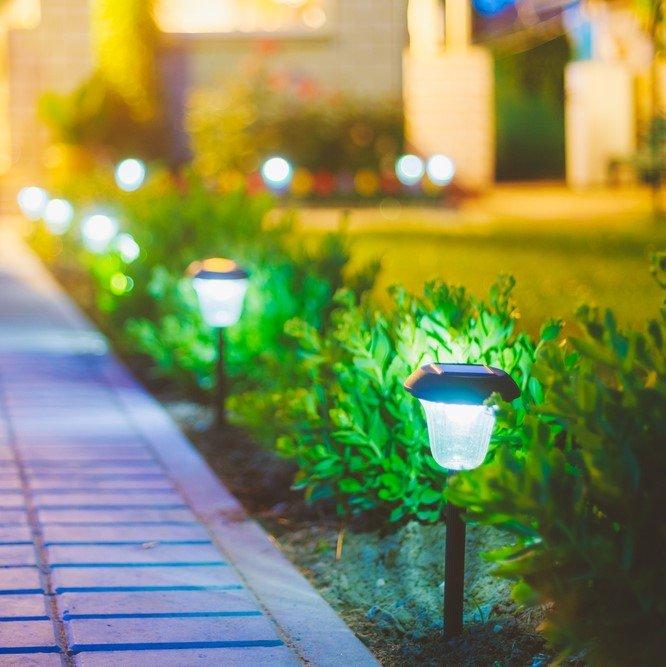 Photo small solar garden light lanterns in flower bed garden design solar powered lamp