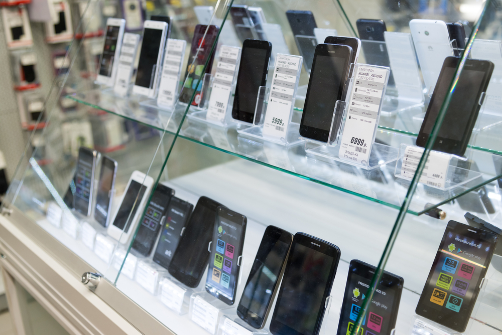 Photo moscow russia february smartphones in storefront of eldorado large chain stores