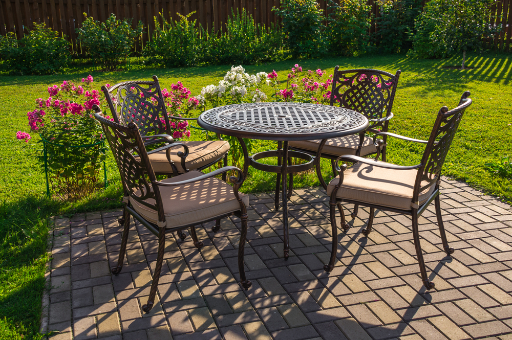 Photo table and chairs in garden
