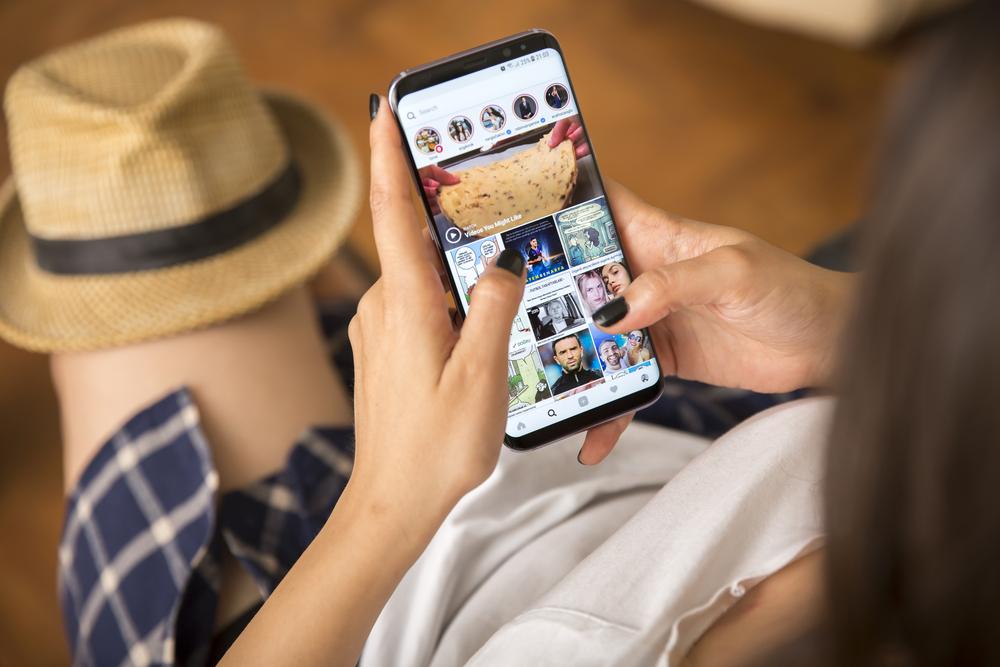 Photo izmir turkey june smartphone samsung galaxy s plus orchid grey color young women