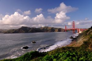 Picture shows a wide-angle landscape view of the Golden Gate Bridge in San Francisco, USA