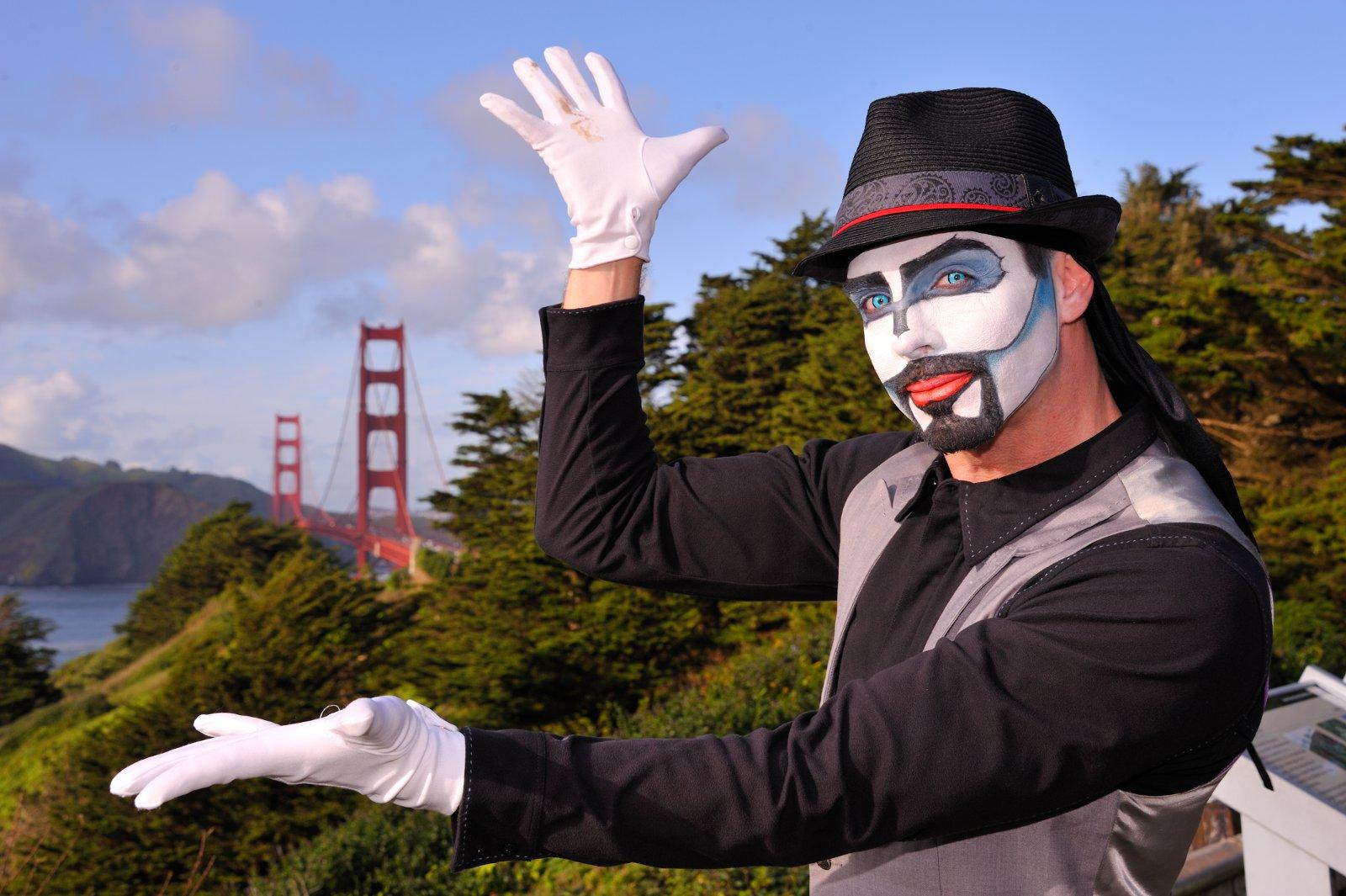 Nikon Af S Nikkor 28 300mm F 35 56g Ed Vr Lens 55 45 Picture Shows A Street Performer With The Golden Gate Bridge In Background