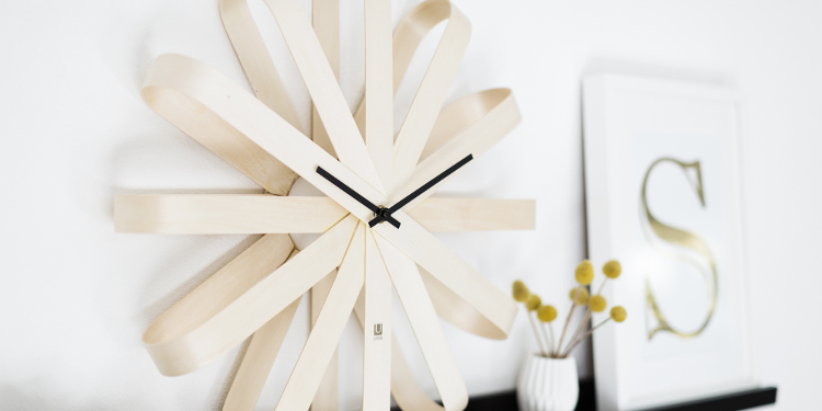 Wanduhr als Holz und Bild mit Trend-Buchstaben