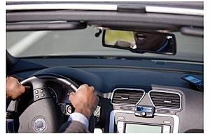 Montiertes Gerät mit Freisprecheinrichtung im Auto