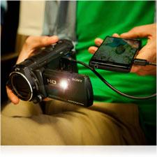 Mit dem integrierten Projektor können Sie Ihre Filme überall und jederzeit vorführen.