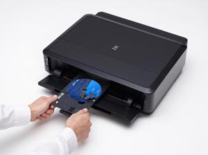 Con la funzione di stampa su CD/DVD, è possibile creare e stampare etichette direttamente su dischi Blu-ray, CD e DVD compatibilI