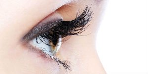 ##Apply Mascara like a Pro Starting closest from the roots sweep the wand from side to side across your lashes whilst pulling it upwards from the root to the tip. For the inner corner hold the wand vertically and get the product on the lashes.  If your mascara is clumpy, uneven, or smudged – it may end up looking appalling rather than appealing.