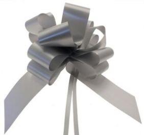 Kit voiture mariage 6 x 50mm noeuds argentés plus 18 m de ruban fleuriste argenté 50 mm. Le parfait article pour les autos mariage
