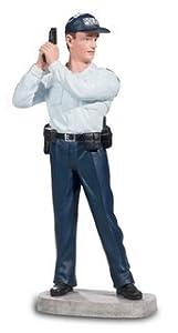 Katerina Prestige policía con Arma levantada