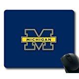NCAA Michigan Wolverines sur bleu rectangle Tapis de souris par eemuse