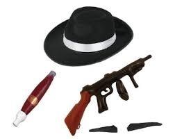 ILOVEFANCYDRESS Gangster Zubehör FÜR Jede Gangster Verkleidung = Schwarzer Trilby Hut mit WEISSEM Band , Riesen Plastik Zigarre , ANKLEBBARER Schwarzer Spiv-Schnurrbart, AUFBLASBARE Maschinen Pistole
