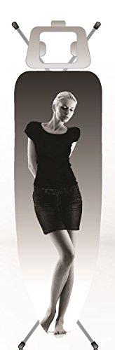 """Eurogold Bügeltischbezug bis 120 x 38 cm – Dekor """"Sexy Michaela"""" – die Frau zieht sich durch die Wärme des Bügeleisens aus"""