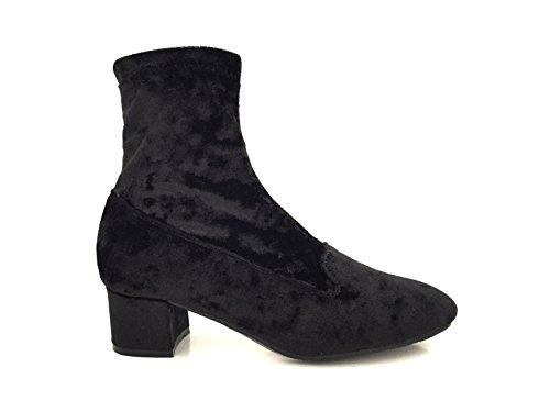 CHIC NANA . Chaussure femme bottine à talon, effet velours, dotée d'un bout rond et d'un petit talon large.