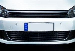 Zwei Rahmenlose Universal Kennzeichenhalter DELUXE für PKW Kennzeichen