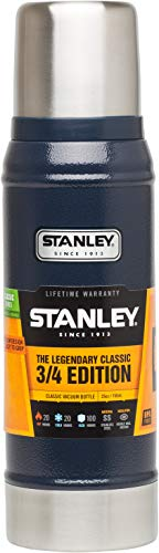 Stanley Legendary Classic Vakuum-Thermoskanne, 0.75 Liter, Hammertone Navy, 18/8 Stainless Edelstahl, Integrierter Thermobecher, Doppelwandige Isolierung Isolierflasche Isolierkanne Kaffeekanne