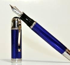 El modelo Julio Verne de la Edición de Escritores sondea el fascinante mundo del escritor. El cuerpo, hecho de brillante laca azul con engastados plaqué de platino, está rodeado por un grabado guilloché formado por ondas regulares. La firma de Julio ...