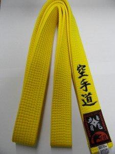 Gelbgurt mit schwarzer Bestickung: Karate-Do (bestickter Karategürtel gelb)