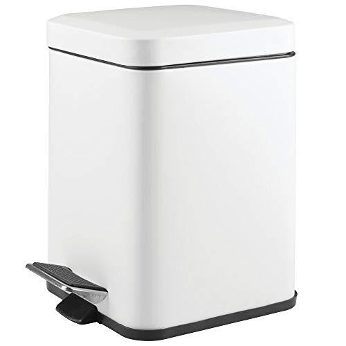 mDesign Papelera de baño cuadrada - Cubo de basura con pedal, tapadera y cubeta de plástico - Elegante contenedor de residuos metálico de 6 litros para cosmética, baño, cocina u oficina - blanco