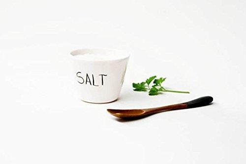 Salero de cerámica para cocina o mesa, Salero de tamaño medio sin tapa color blanco con la palabra Salt escrita en la parte frontal. Salero estilo escandinavo.