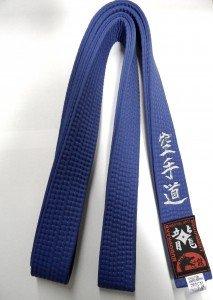 Blaugurt bestickt mit Karate-Do (Bestickung in silber) Karategürtel blau bestickter Karategurt