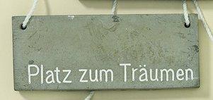 Schild Gartenschild L15cm grau Beton Hängerlänge 17cm (Platz zum Träumen)