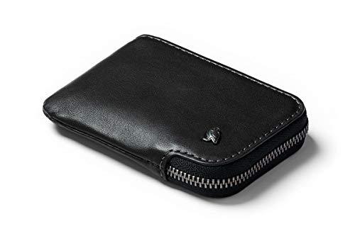 La cartera pequeña en la que cabe mucho   Guarda tus tarjetas y el efectivo en nuestra pieza más pequeña. La Card Pocket es una solución versátil para los que llevan lo básico; tiene un bolsillo monedero y ranuras para las tarjetas de uso frecuente. ...
