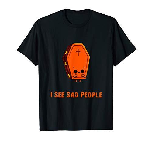 lustig sehe ich traurige menschen körper im sarg im boden T-Shirt