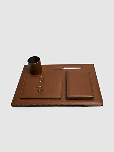 Vade de sobremesa en color cuero. Juego de cinco piezas: Agenda + portacalendario + abrecartas + cubilete + vade/carpeta. Medidas: 51 x 35 cm
