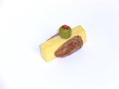 ERRO Käse mit Dattel und Olive - Feinkost Nachbildung 2. Wahl, Delikatessen Fake Food, Präsentidee zur Deko, Replikat, Imitation zur Auslagengestaltung
