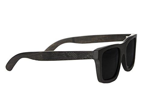 Gravierte Holz Sonnenbrille aus hochwertigem Ebenholz im MAORI DESIGN - Wicked Ares inklusive faltbarem Flip Case Etui und mit schwarz getönten Gläsern - für Damen und Herren