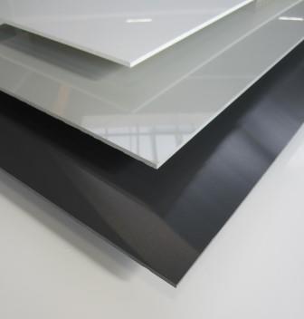 Kunststoffplatte PVC hart 4mm - durchgefärbt in weiß, hellgrau, anthrazit, hochglänzend mit einseitige Schutzfolie, hohe Kälteschlagzähigkeit, hohe Qualitätsgüte, hohe UV und Lichtbeständigkeit, schwer entflammbar nach DIN 4102-B1 für Modell- und Elektrobau, Schilder, Werbetafeln u.v.m. (43 x 32 x 0,4 cm, hellgrau)