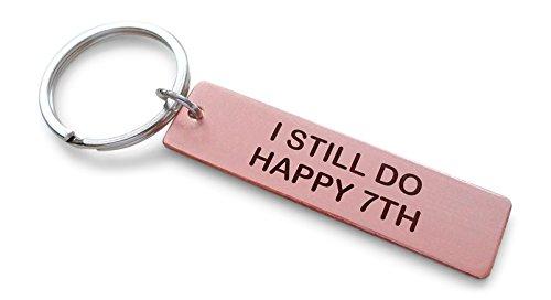 JewelryEveryday Kupfer-Tag-Schlüsselbund gestempelt mitI Still Do, Happy 7th! Ich tue noch, glücklich 7 Hand gestempelt 7-jähriges - Sieben-jährigen