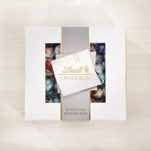 Office Box 2 Erfahren Sie das zarteste Geheimnis der Maîtres Chocolatiers von Lindt: Lindor. Umhüllt von feinster Lindt-Chocolade entdecken Ihre Sinne die unendlich zartschmelzende Füllung, die sich am Gaumen zum vollen Genuss entfalten. Enthalten sind Lindor Kugeln in den Sorten: Milch, Feinherb, Cappuccino, Cocos, Stracciatella, alle ohne Alkohol. Die Lindt Office Box ist Ideal für Besprechnungen, am Empfang oder einfach so zum Kaffee. (Kugeln Box)