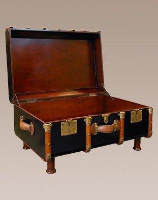Mesa de centro en forma de baúl antiguo, color negro.