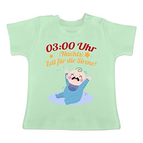 Sprüche Baby - 03:00 Uhr (Nachts) Zeit für die Sirene! - 6-12 Monate - Mintgrün - BZ02 - Baby T-Shirt Kurzarm