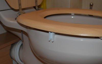 SteadySeat Halterung für lose oder wackelige WC-Sitze, schnelle und einfache Lösung, Sitzstopper, kein Werkzeug erforderlich. Jetzt inkl. Klebepads und Schrauben / Löcher zum Befestigen an mehr WC-Sitzen (Wie Man Video Mit Meinen 6)