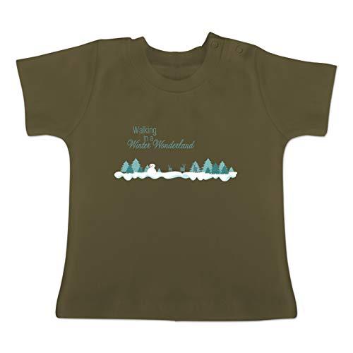 Weihnachten Baby - Walking in a Winter Wonderland Schnee - 6-12 Monate - Olivgrün - BZ02 - Baby T-Shirt Kurzarm