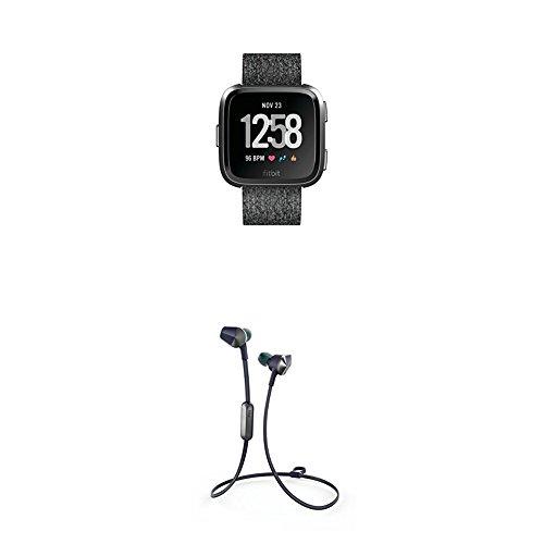 Fitbit Versa Special Edition Health & Fitness Smartwatch, grau, One Size, FB505BKGY-EU + Flyer Kabellose Kopfhörer, Nightfall Blue, Onesize