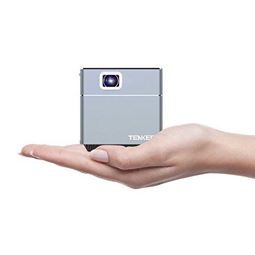 TENKER Mini Würfel Cube DLP Beamer mit WiFi, tragbarer LED Taschen Beamer zum mitnehmen. Für Indoor und Outdoor, inklusive Stativ, 30.000 Stunden LED Lebenszeit, Unterstützt Android und IOS