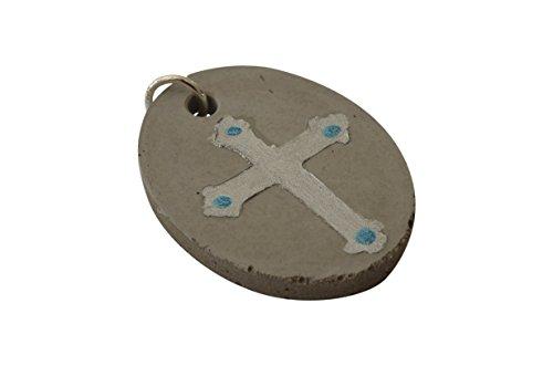 ovaler-anhanger-aus-schmuck-beton-mit-silber-kreuz-4-x-3-cm