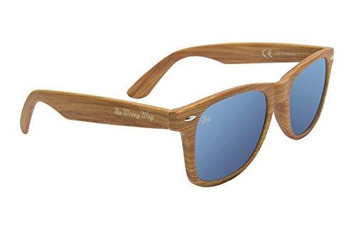 The Wrong Way Gafas de sol Efecto Madera Tipo Wayfarer. Montura resistente a golpes y deformaciones. Lentes Cat. 3 100% UV Protection. Incluyen funda y toallita limpiadora.