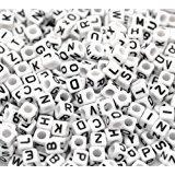 Goodlucky365 500 Stück Buchstaben Perlen zum Auffädeln gemischte Weiße Perlen mit Schwarze Buchstaben A-z Würfelperlen Abmessung 6x6mm oder 1/4 geeignet für Armbänder Auffädeln, Halsketten, Schlüsselanhänger und Kinderschmuck