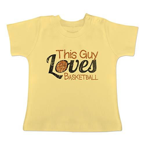 Basketball - This Guy Loves Basketball - Vintage Look - 3-6 Monate - Hellgelb - BZ02 - Baby Baumwoll T-Shirt