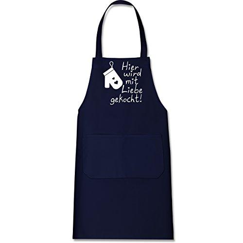 Shirtracer Küche - Hier wird mit Liebe gekocht - 80 cm x 73 cm (H x B) - Navy Blau - X967 - Kochschürze mit Tasche (Schürze Lustige Köche)