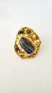 Grande anello placcato oro con motivo in filo e cianite.