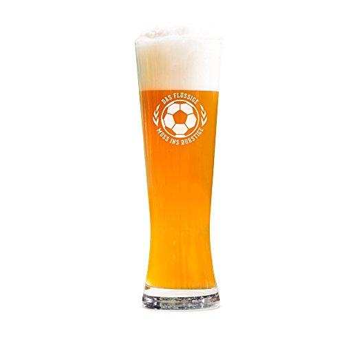 """AMAVEL – Weizenbierglas mit Gravur – """"Das Flüssige muss ins Durstige"""" – Graviertes Bierglas – Echtglas – Geschenkidee für Fußballfans zur Weltmeisterschaft – Männergeschenke – Füllmenge: 0,5 l"""