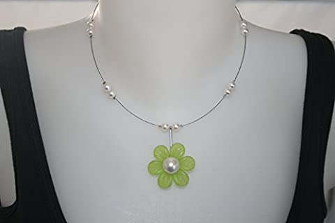collier fleur lucite verte et perles de Majorque blanches sur fil câblé argenté